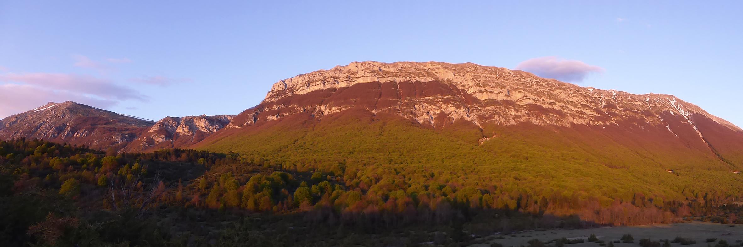 tramonto sulla majella in primavera dopo l'escursione di avvistamento fauna al pinecube